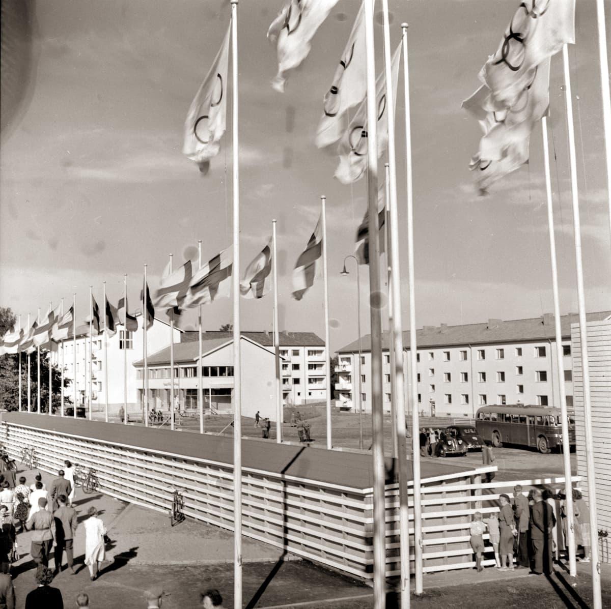 Laaja kuva ilmasta, kuvassa näkyy Kisakylän aitaus, taloja ja lippuja.