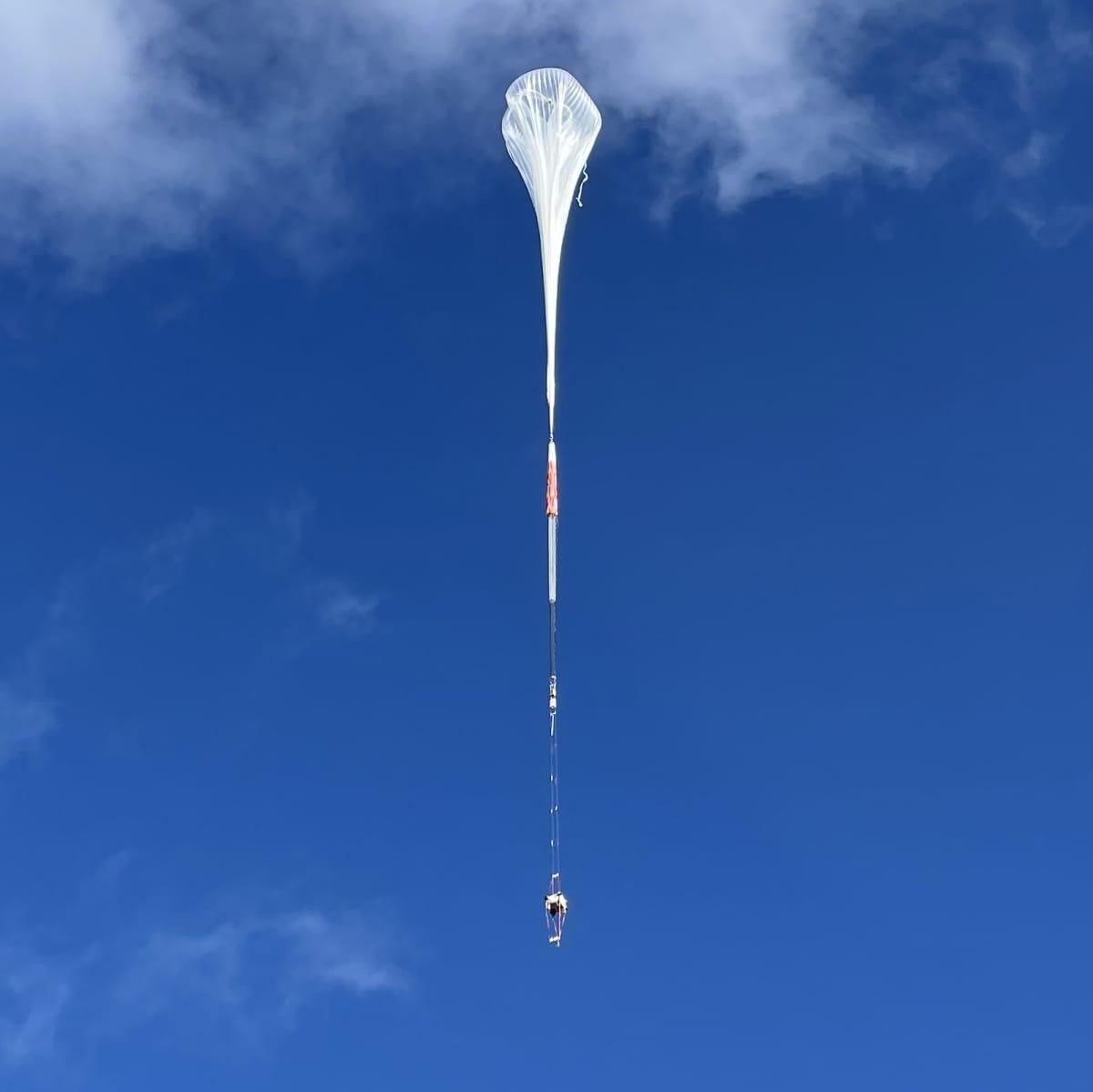 Tutkimuspalloa ilmassa.