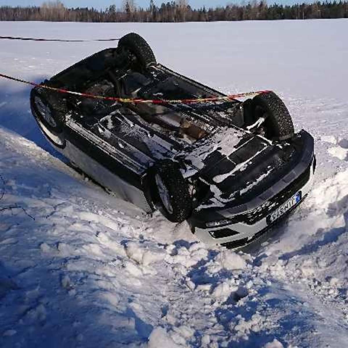 Olga Markinan ohjaama auto useiden pyörähdysten jälkeen.