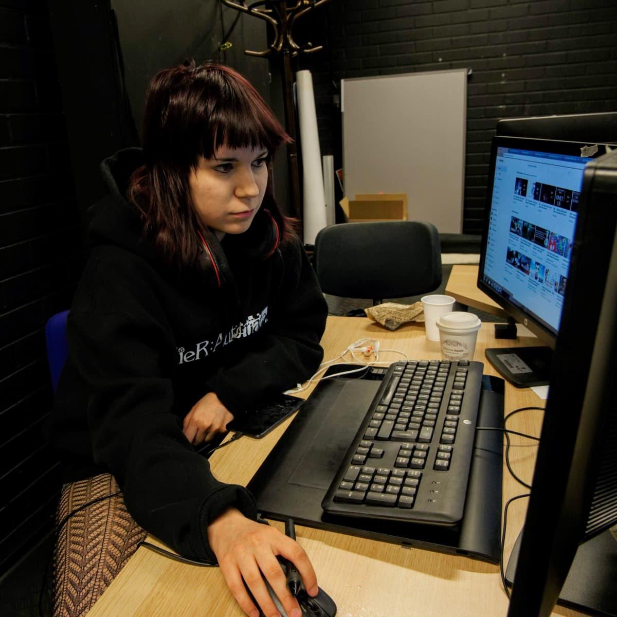 Graafikko Milla Piipponen työstää Bullied VR -peliä.