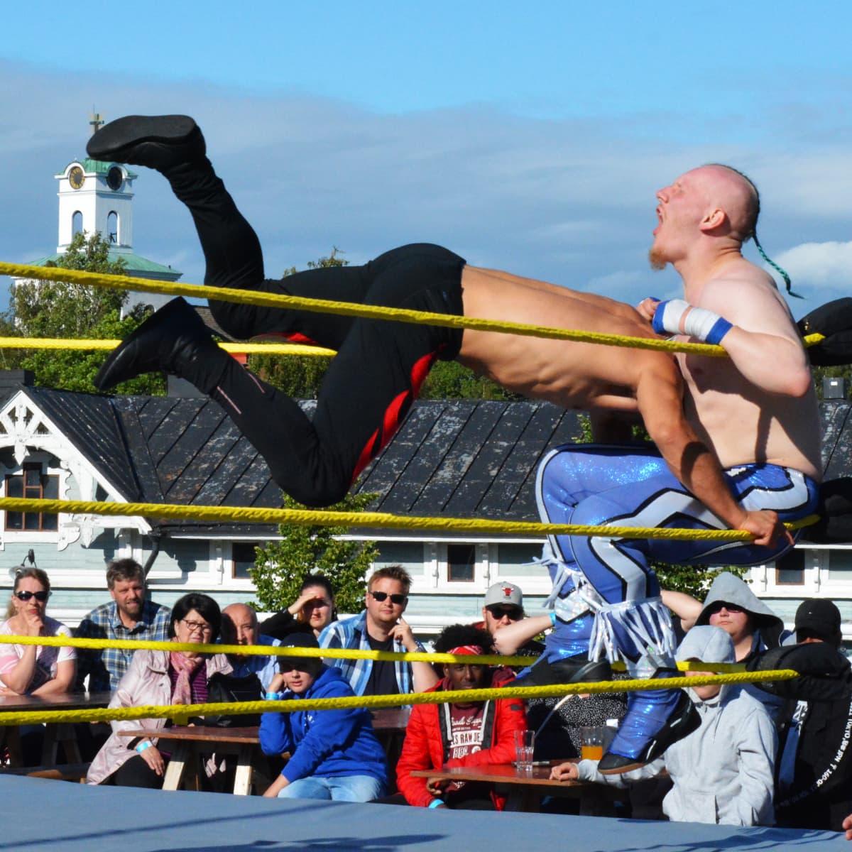 Lähes parisataa ammattipainin ystävää kokoontui lauantai-iltana raumalaisen kauppakeskuksen kattoterassille Wrestle Aid -tapahtumaan.