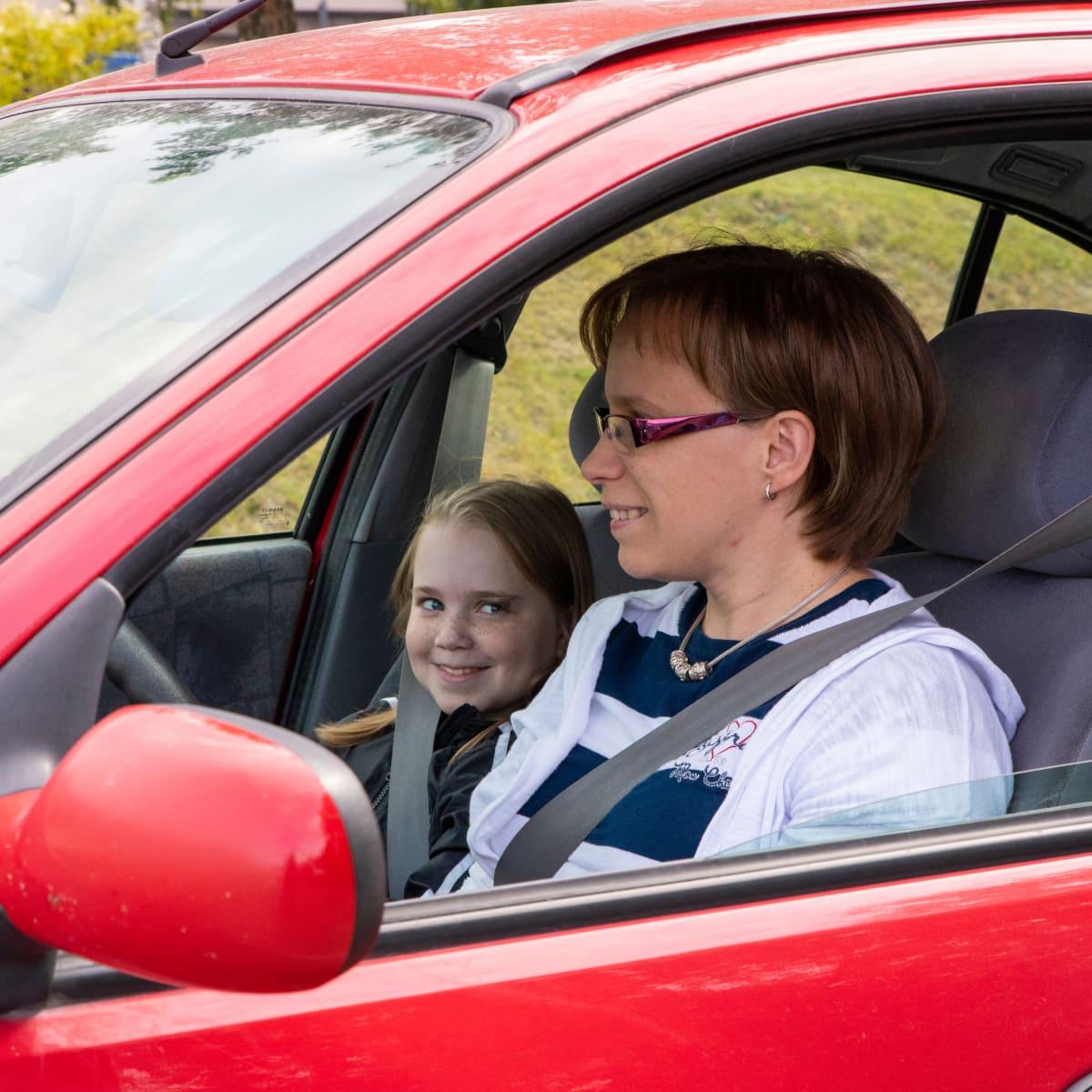 Aino Piironen lähdössä äitinsä Katjan kyydillä koulusta.