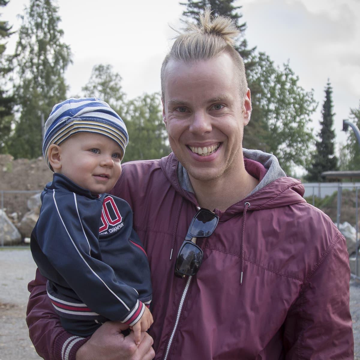 Jussi Jokinen lapsensa kanssa Kangasalalaisen Vatialan koulun pihalla.