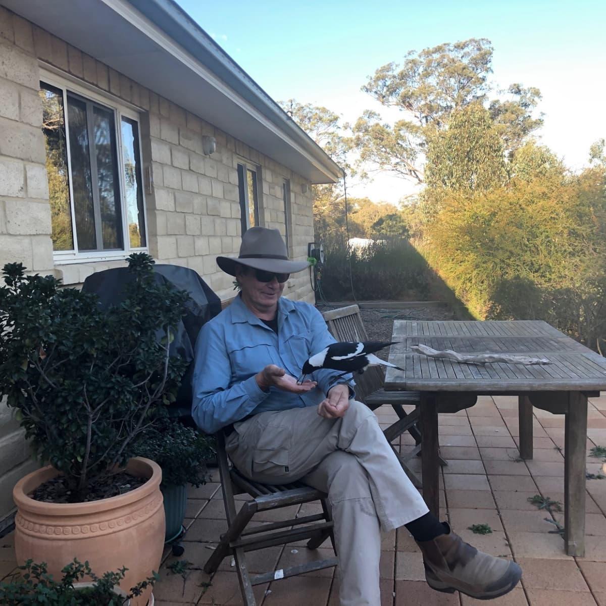 Harri Keinonen kotitalonsa terassilla Armidalen kaupungissa.