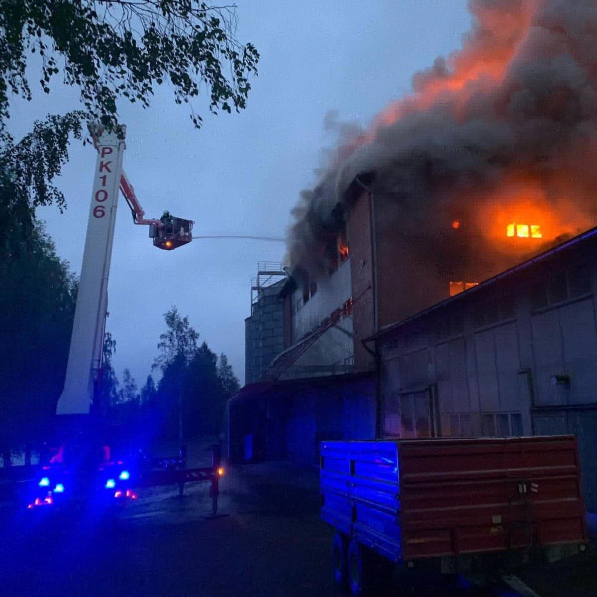 Liperin Mylly liekeissä aamyöllä Pohjois-Karjalan Liperissä 5. kesäkuuta.