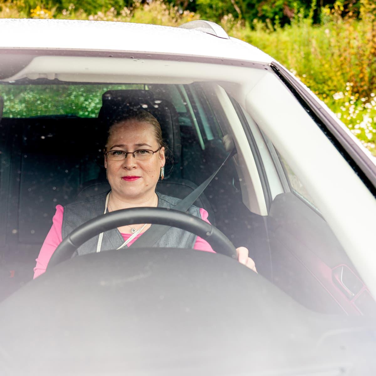 Kotihoidon sairaanhoitaja Sanna Sankala lähdössä kotikäynnille.