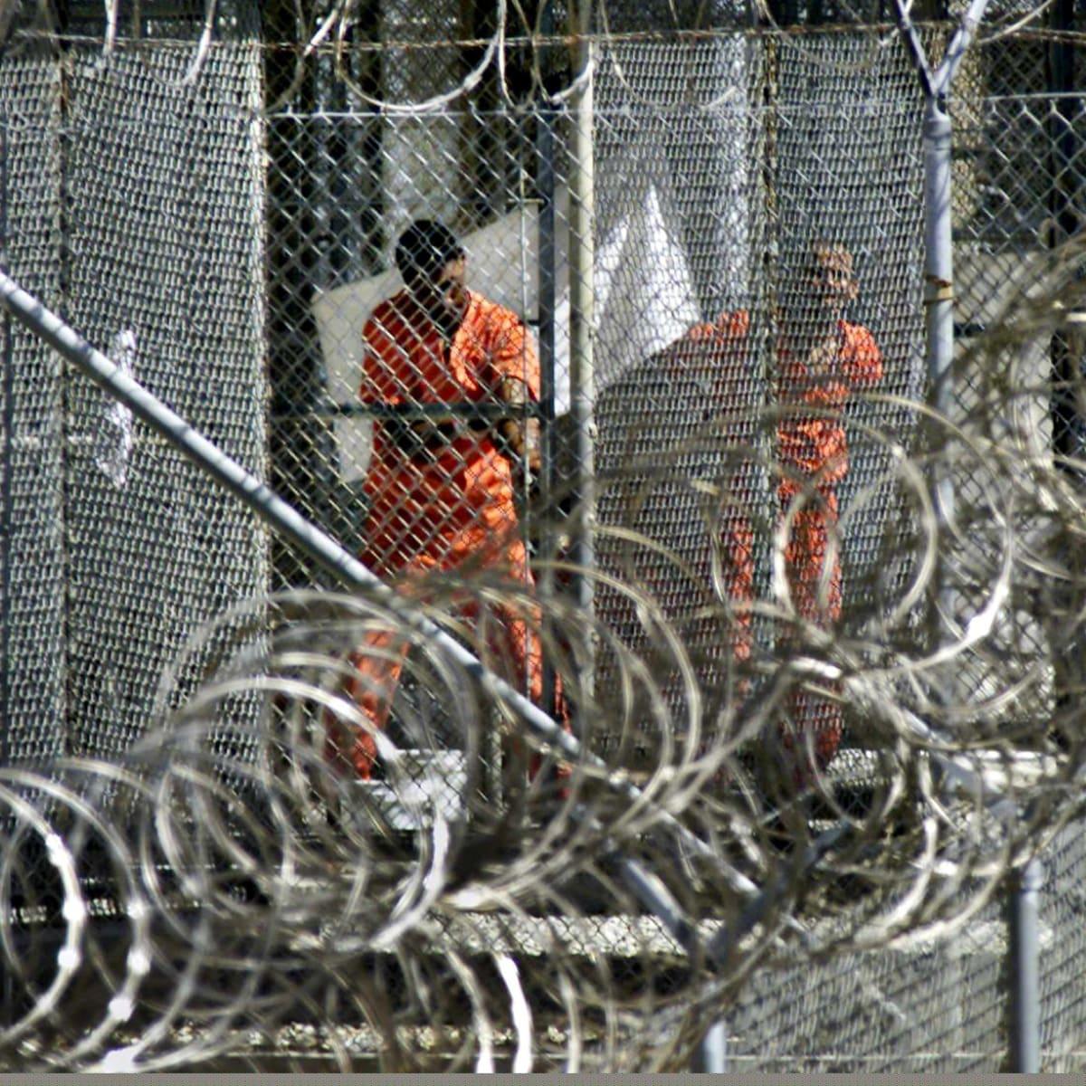 Oletettuja al-Gaida ja taleban taistelijoita  Guantanamo Bayn vankilassa 2002.