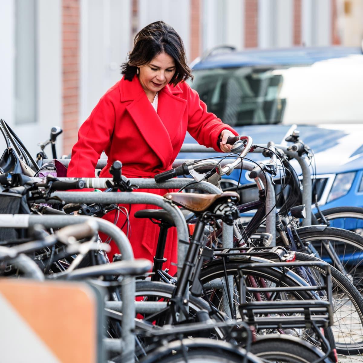Annalena Baerbock laittaa polkupyöräänsä parkkiin.