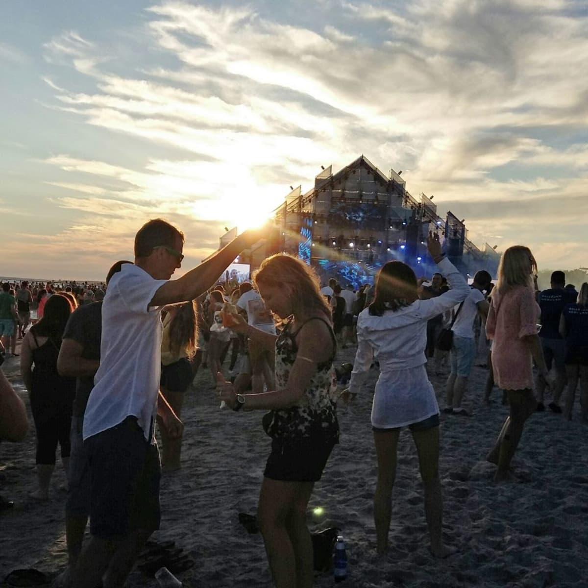 Weekend Baltic - festivaalin pääesiintyjä lauantaina on David Guetta. Ihmisiä rannalla tanssimassa.