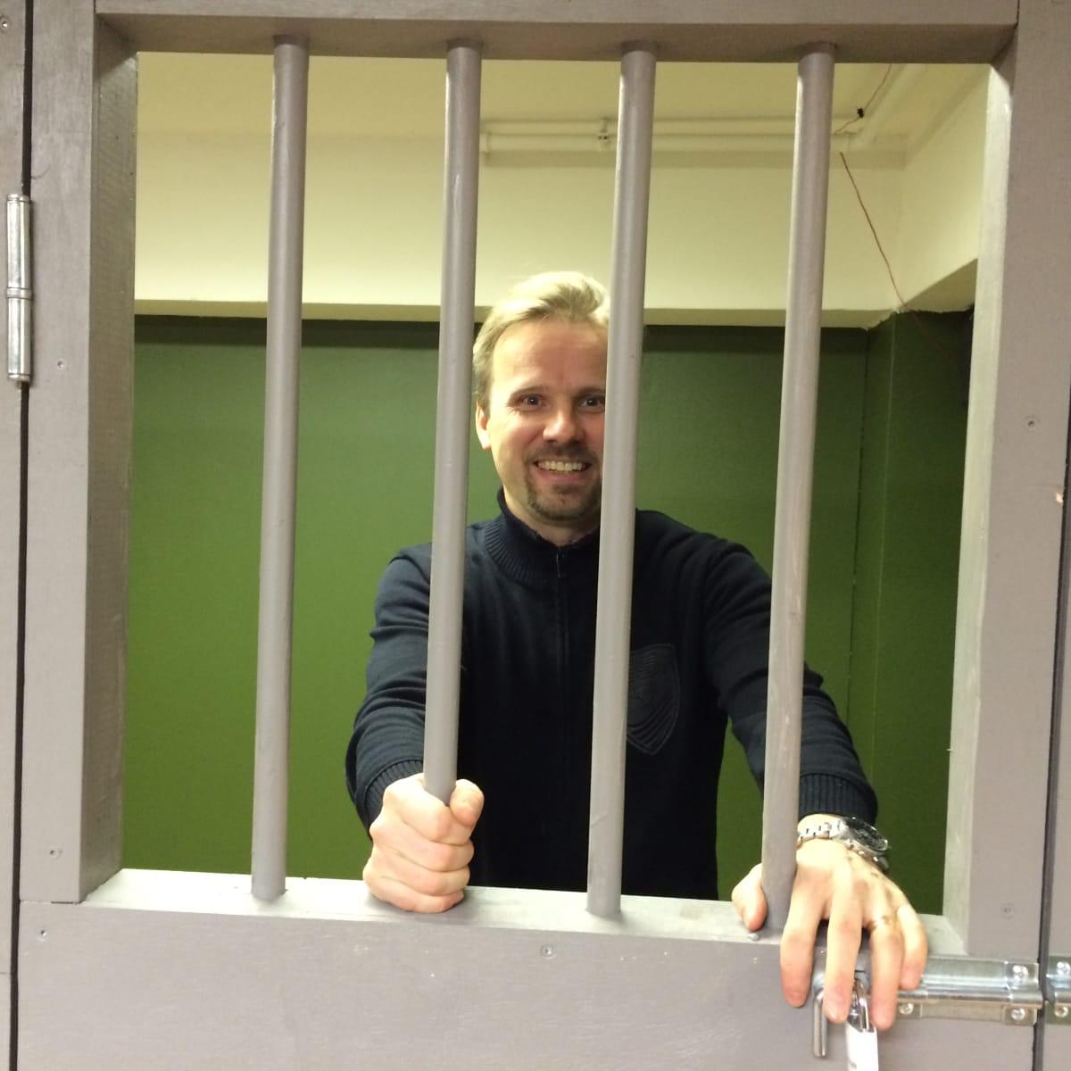 Yrittäjä Juha-Mikael Malinen esittelee pelihuonettaan, johon kuuluu osana vankiselli.