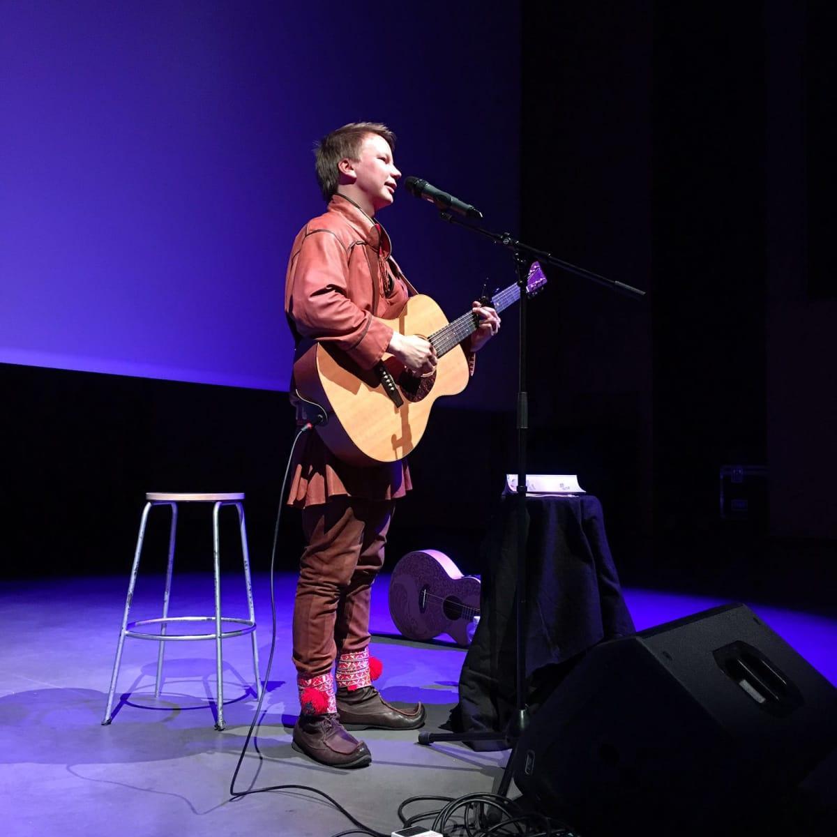 Mikrofovdna játtai gaskan Niillas Holmberg lávluma. Holmberg dadjalii: Mikrofovdnii geavai vehá dego sámi vuoigatvuođaide.