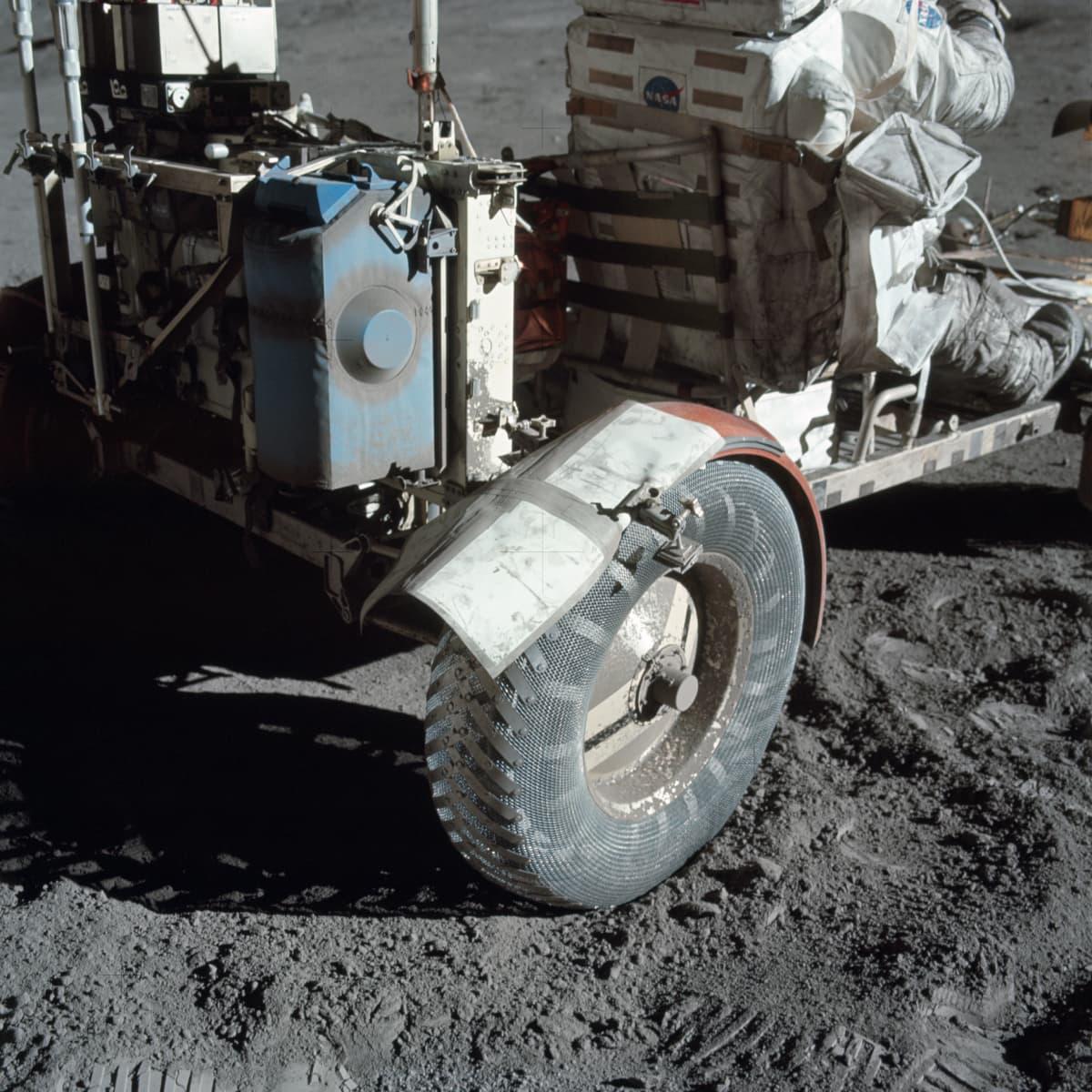 Lunar lokari