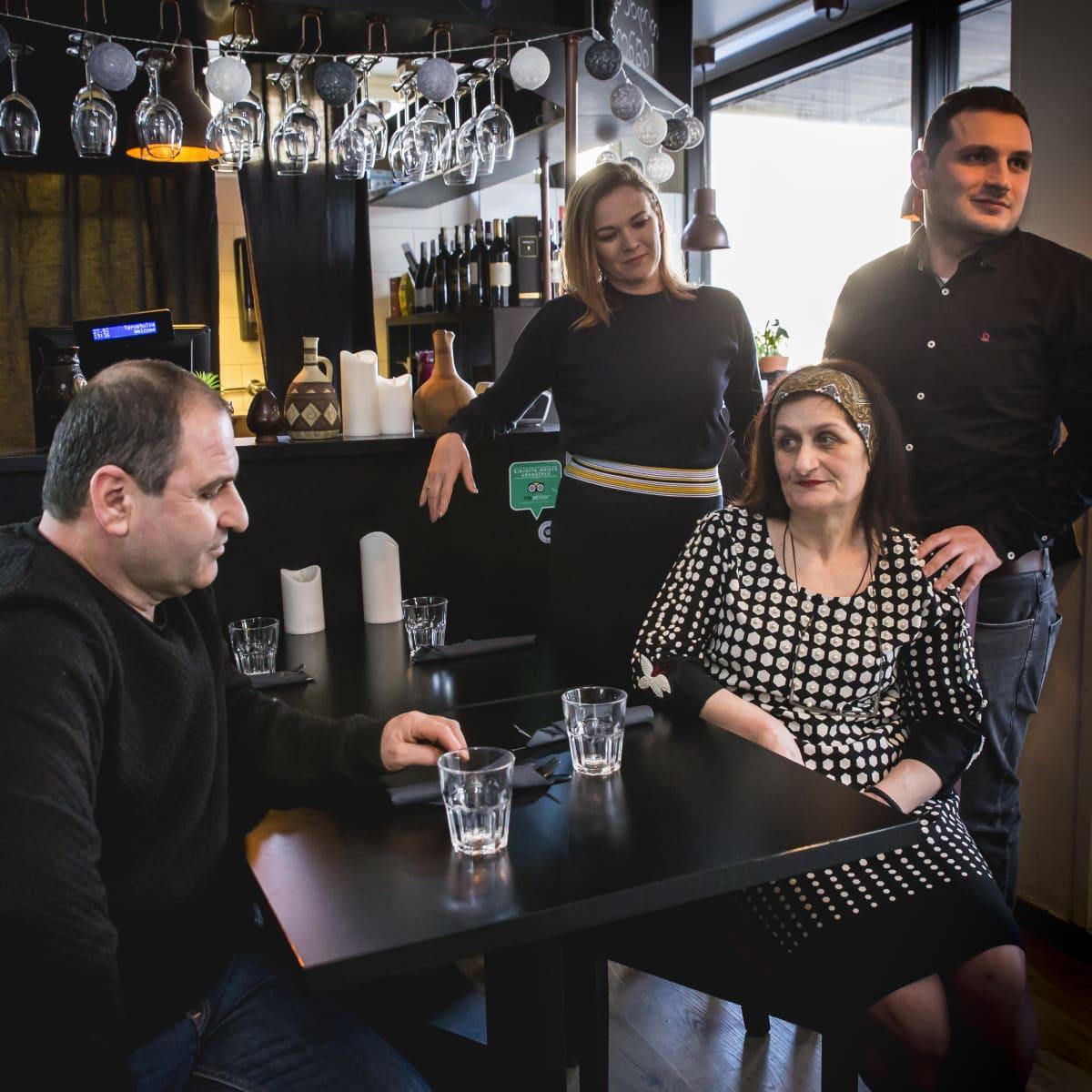 George Nikuradze (vasemmalla), Mavlina Purtseladze, takana Sini Salminen ja Nika Nikuradze