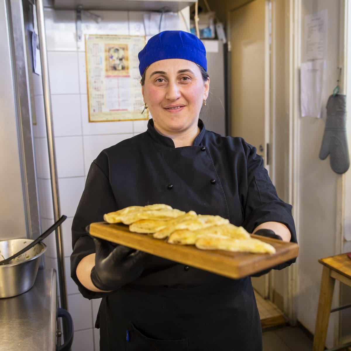 Georgialainen kokki Eter Inaneishvili Georgialaisessa ravintola Rionin keittiössä