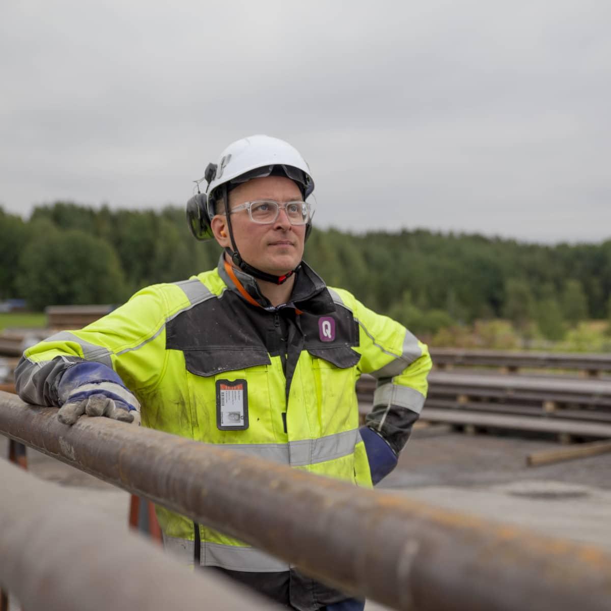 QHeatin teknologiajohtaja Rami Niemi seuraa porausten etenemistä Vantaan Varistossa.