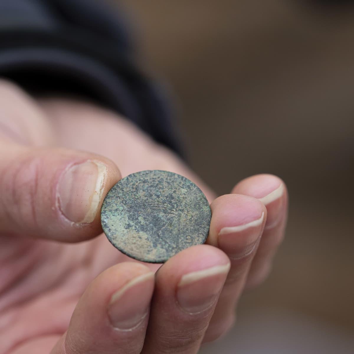 Ruotsalainen kolikko on kärsinyt pahoin, mutta tutkijan mukaan alkuperän vielä tunnistaa.
