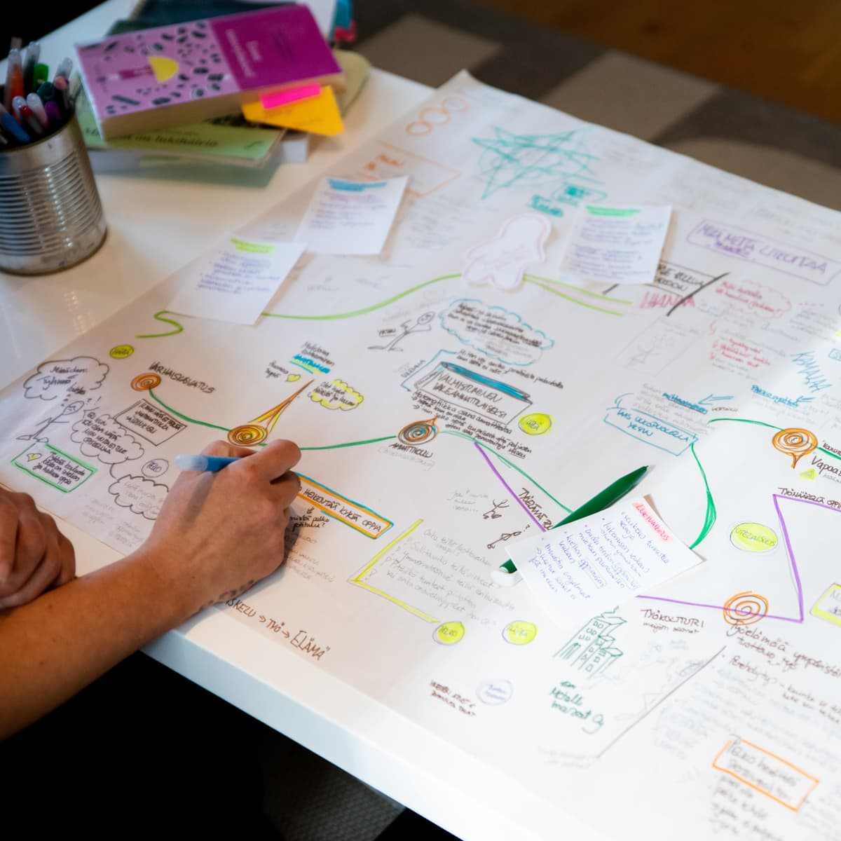 Saana Alanko piirtää paperille elämänsä ja lukivaikeutensa polkua.