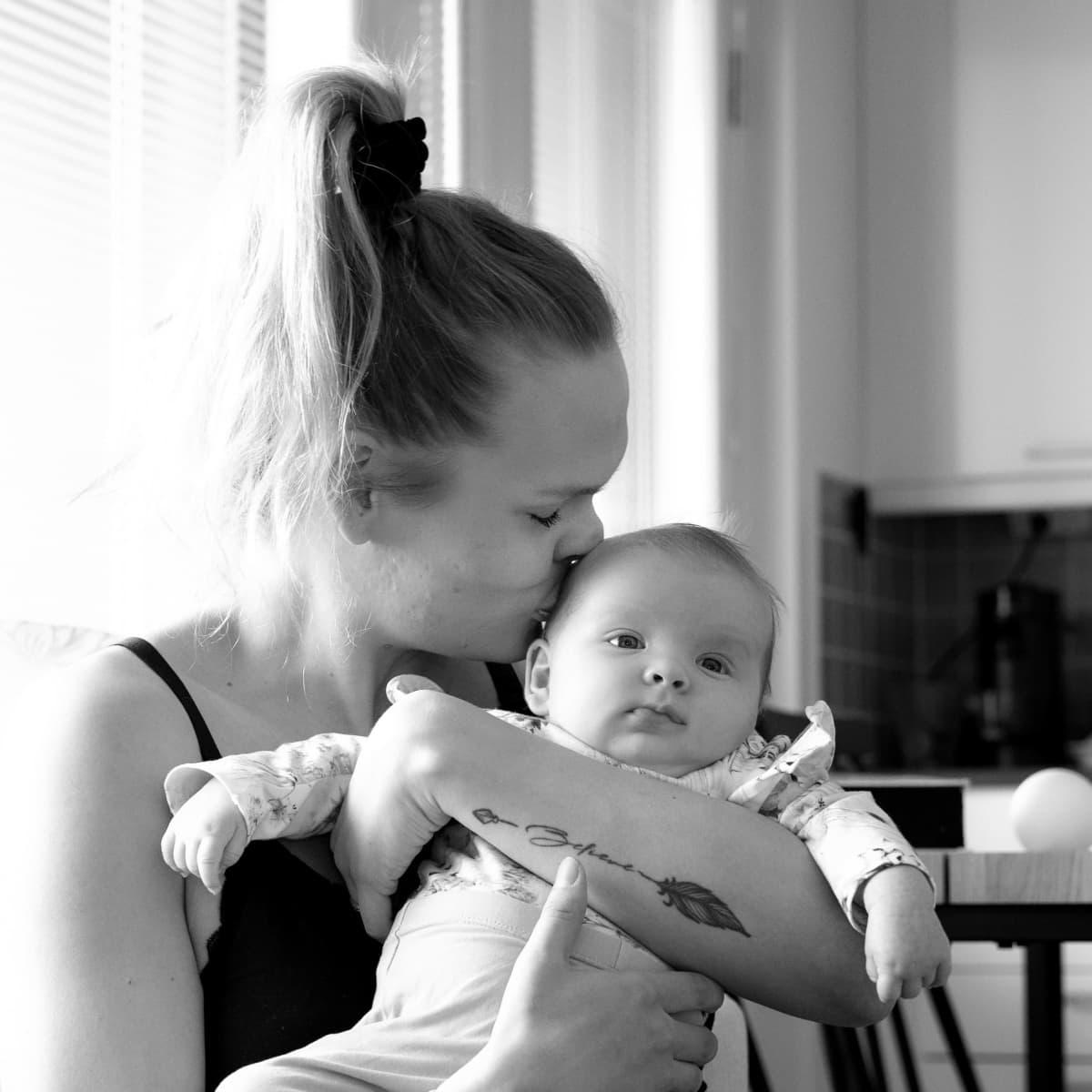 Taru pussaa vauvaansa.