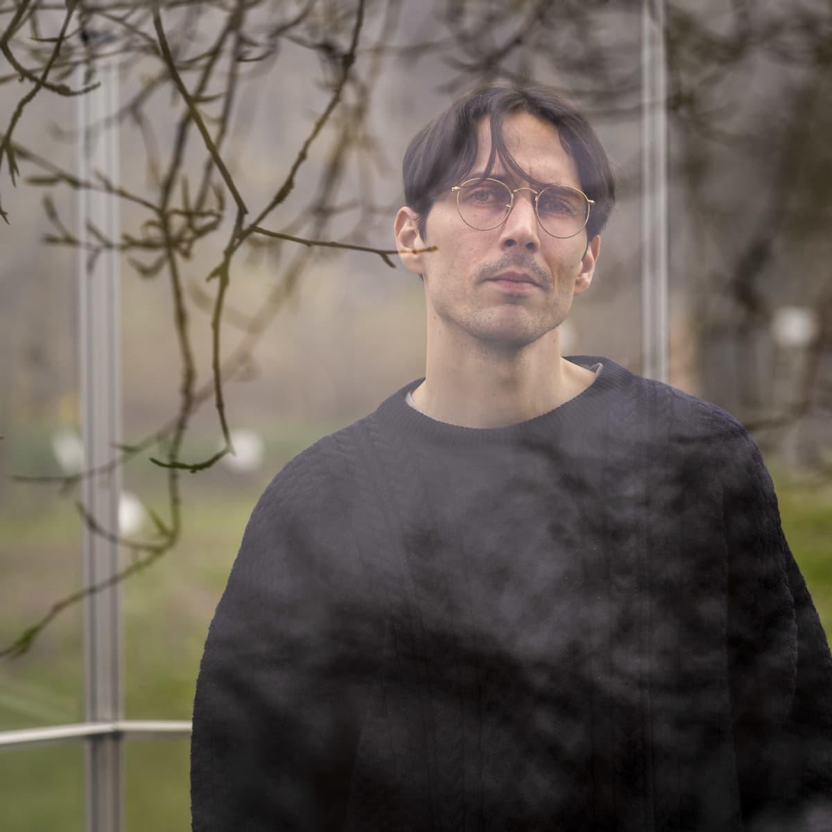 Mikko Viinamäki kasvitieteellisessä puutarhassa.