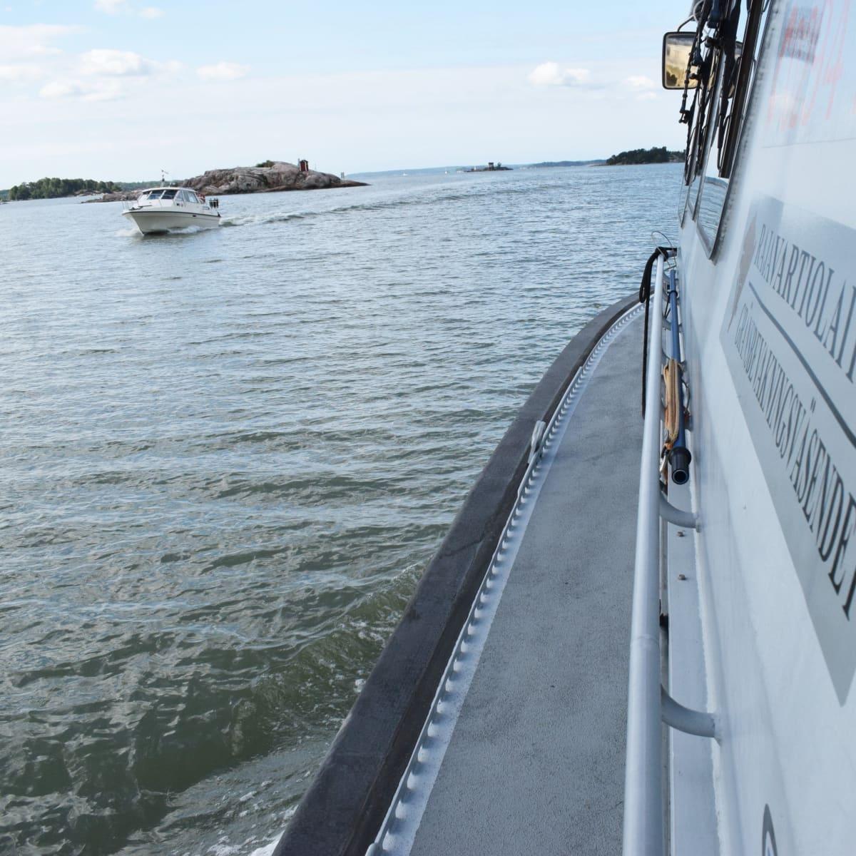 Moottorivene Turun lähivesillä.