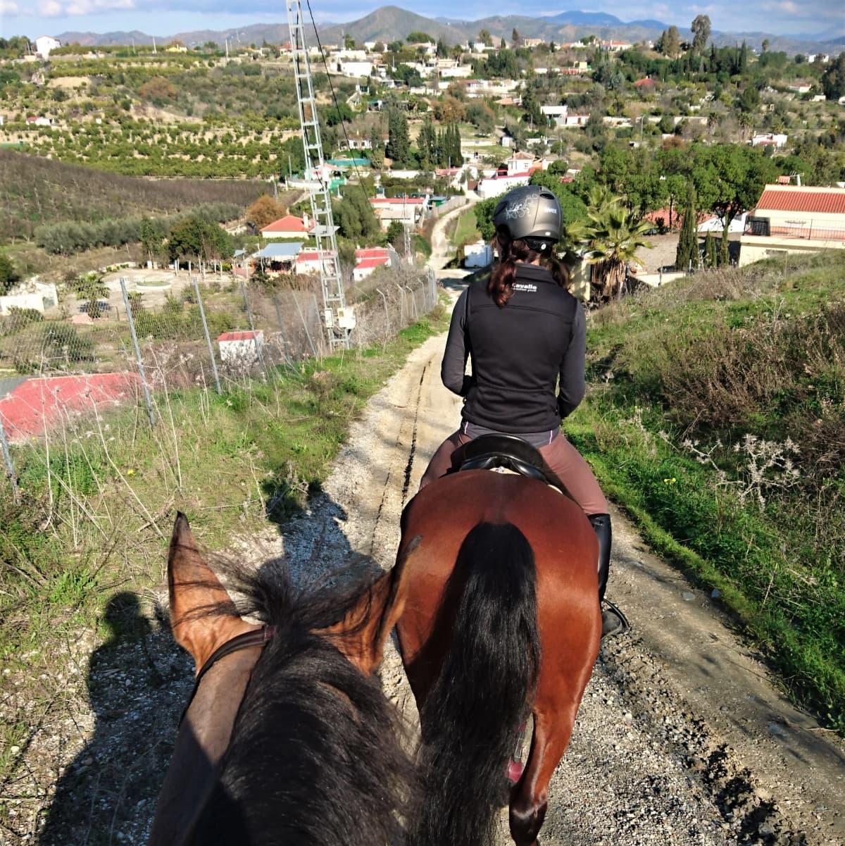 Ratsastajia espanjalaisella tiellä.