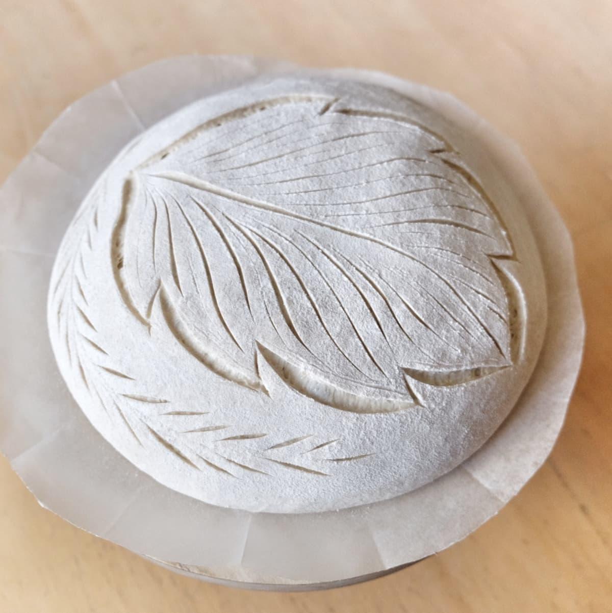 Hankolaisen Mia Nybergin leipoma ja koristelema hapanjuurileipä.