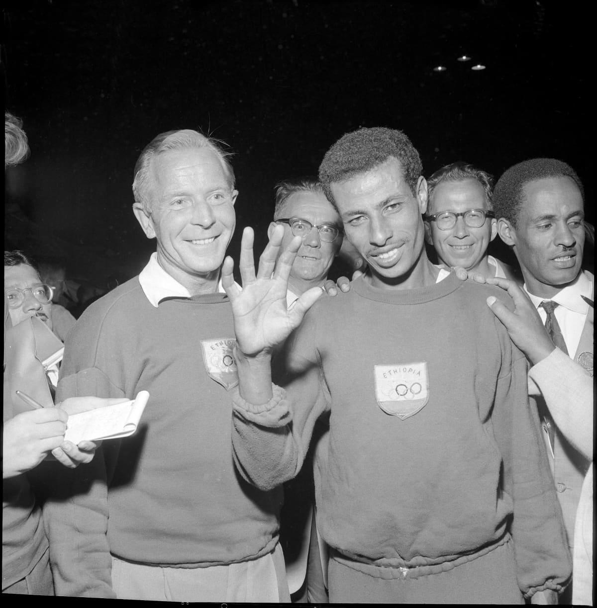 Marantonin olympiavoittaja Abebe Bikila 1960 Roomassa valmentajansa Onni Niskasen kanssa