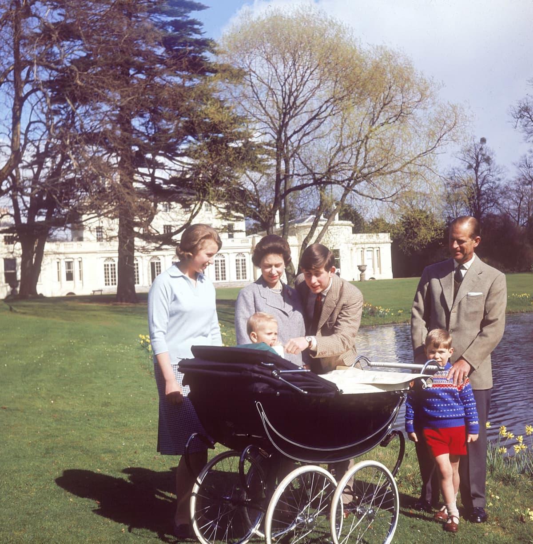 Kuningatar Elisabet ja prinssi Philip lastensa Annen, Charlesin, Andrew'n ja Edwardin kanssa