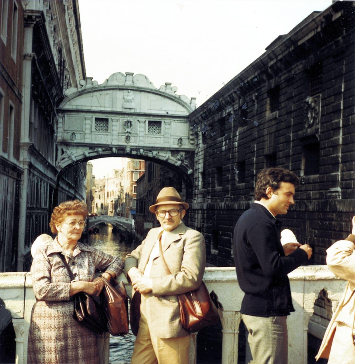 Eläkepäivillään Hannes ja Toini matkustelivat ympäri Eurooppaa ja tekivät pitkän reissun myös Kanadaan. Vuonna 1979 he poseerasivat Venetsiassa Huokausten sillalla.