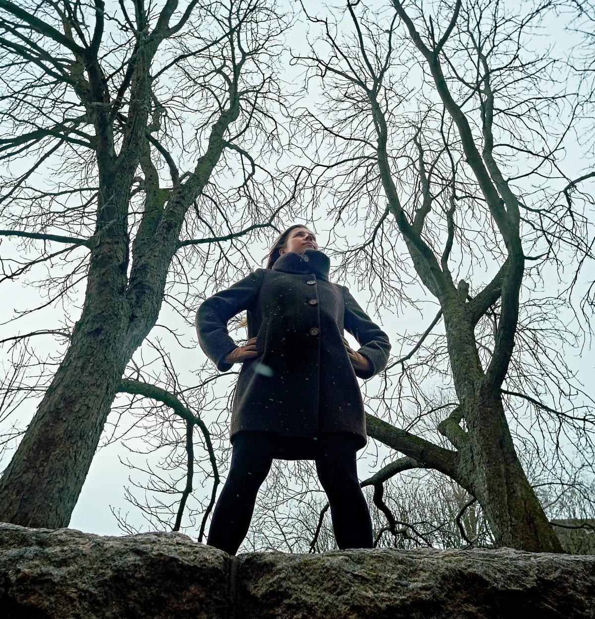 Tiina Katriina Tikkanen lehdettömien puiden katveessa
