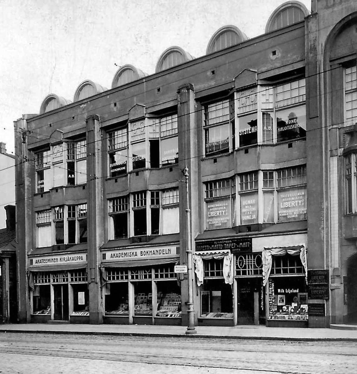 Akateeminen Kirjakauppa sijaitsi 1920-luvulla osoitteessa Aleksanterinkatu 7.