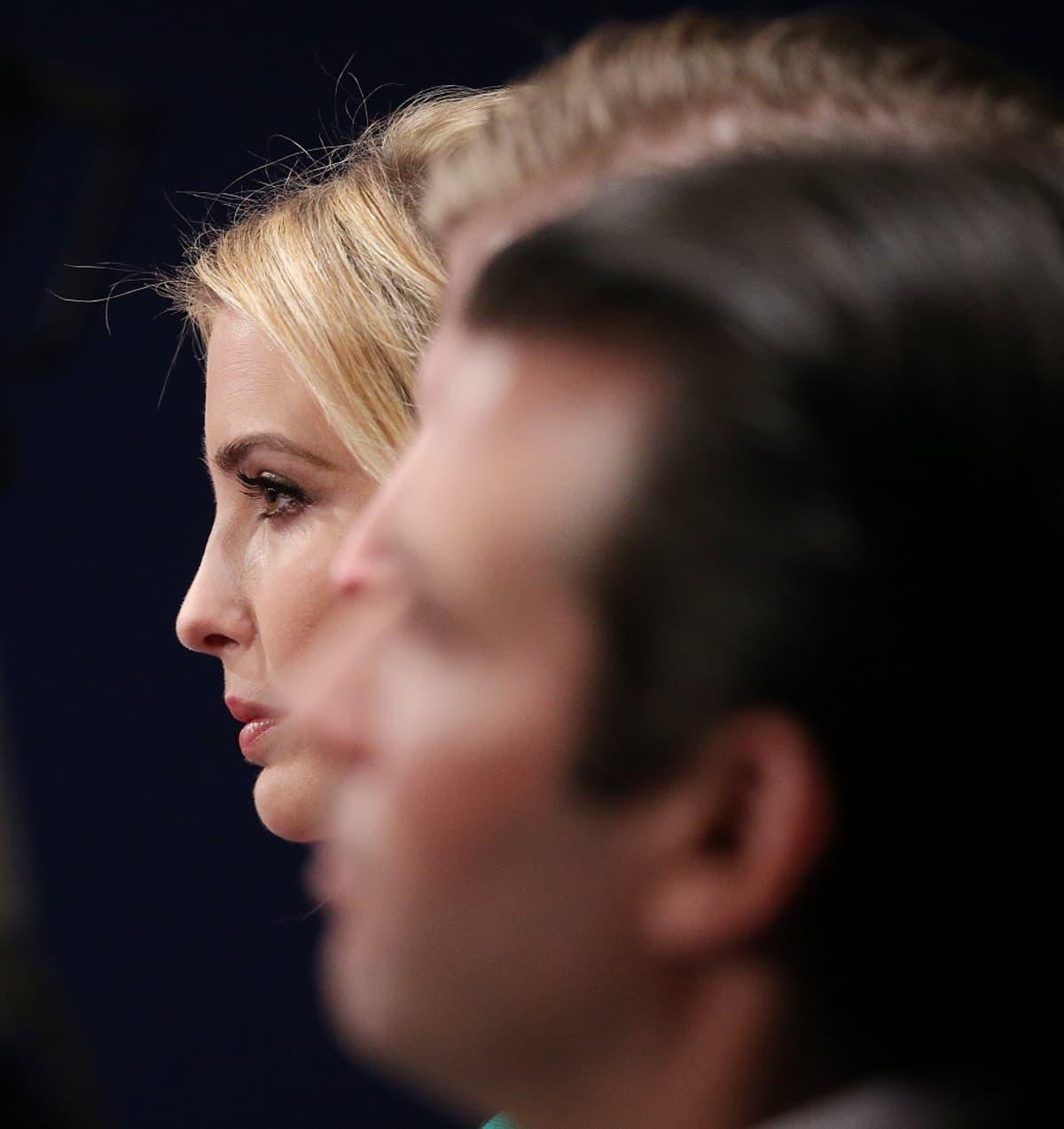 Kuvassa etualalla oleva isoveli Donald Trump nuorempi on sanonut, että Ivankalla kykenee tuomaan heidän isästään pehmeämmän puolen esiin.