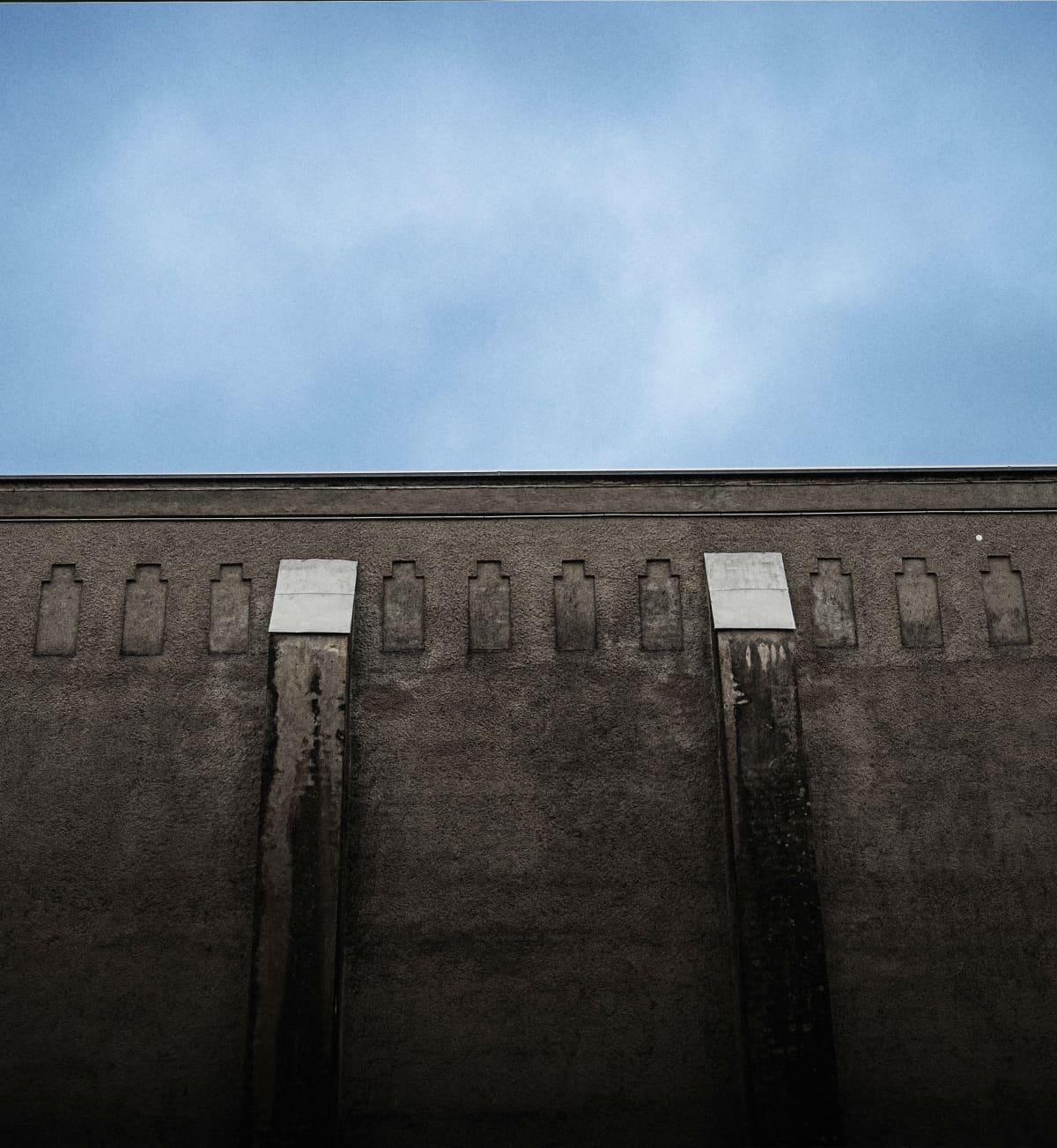 Riihimäen vankilan muuri ja taivasta.