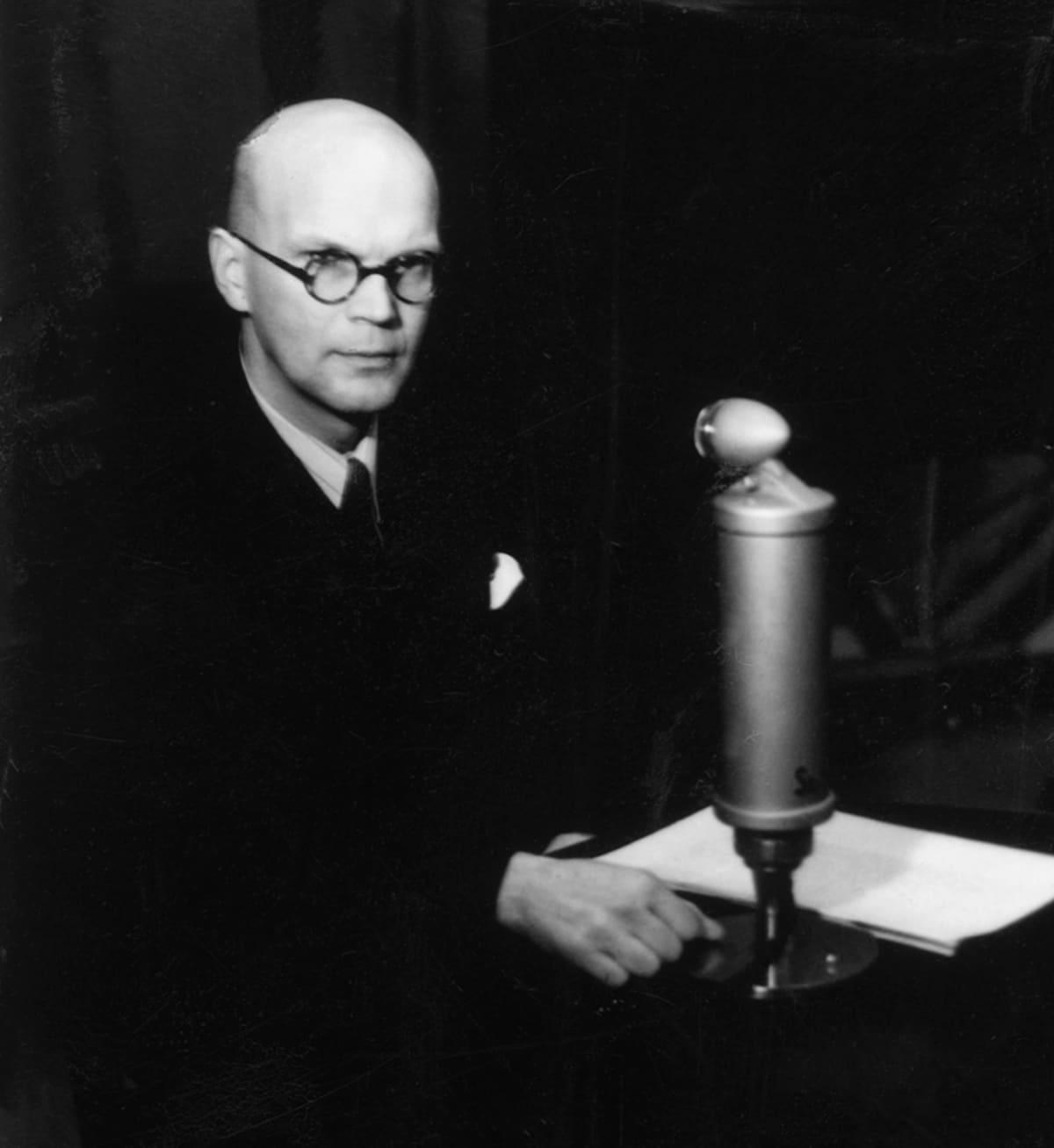 Pääministeri Urho Kekkonen radiostudiossa.
