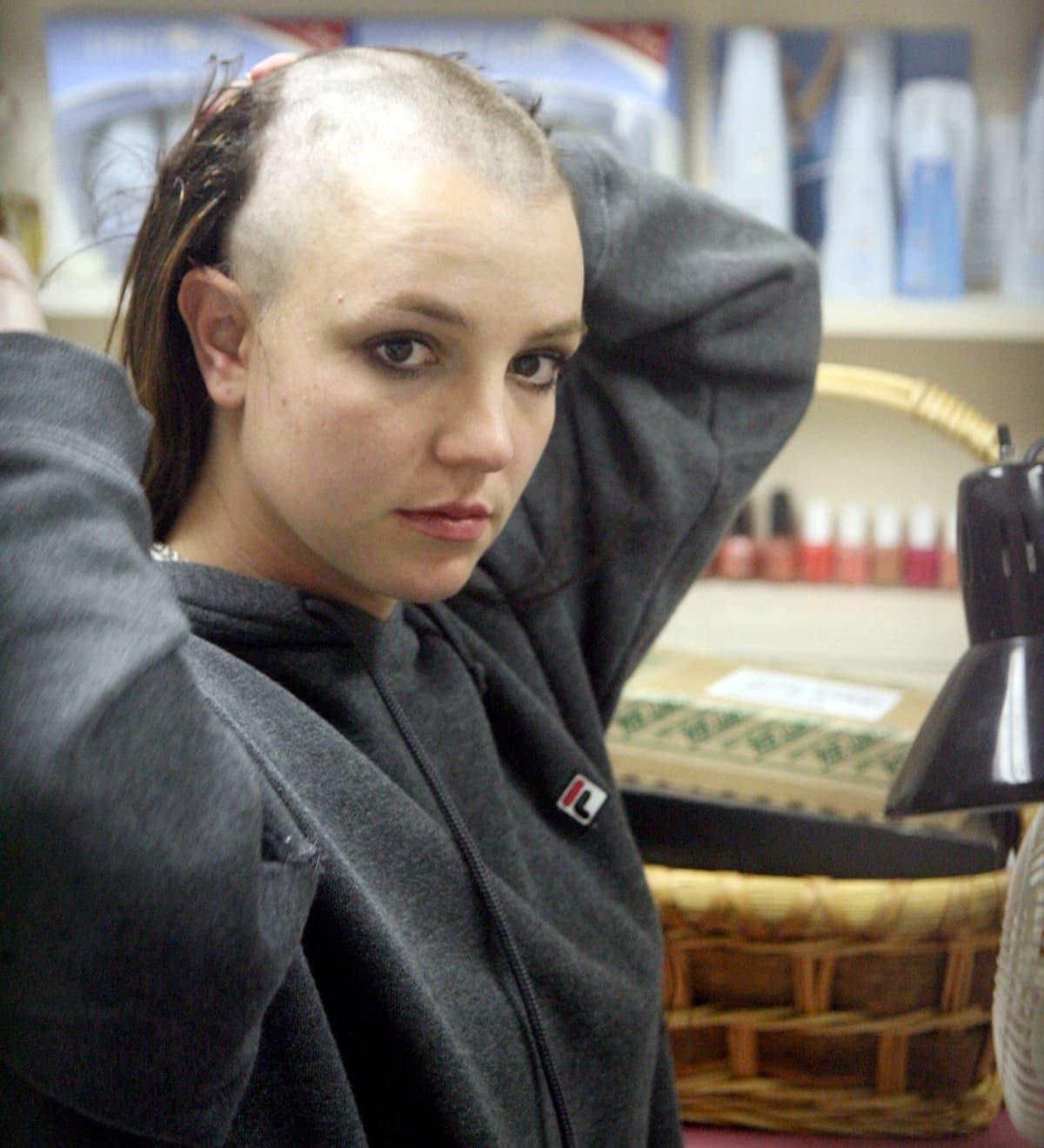 Vanha kuva vuodelta 2007, kun Britney Spears ajaa kaikki hiuksensa pois.