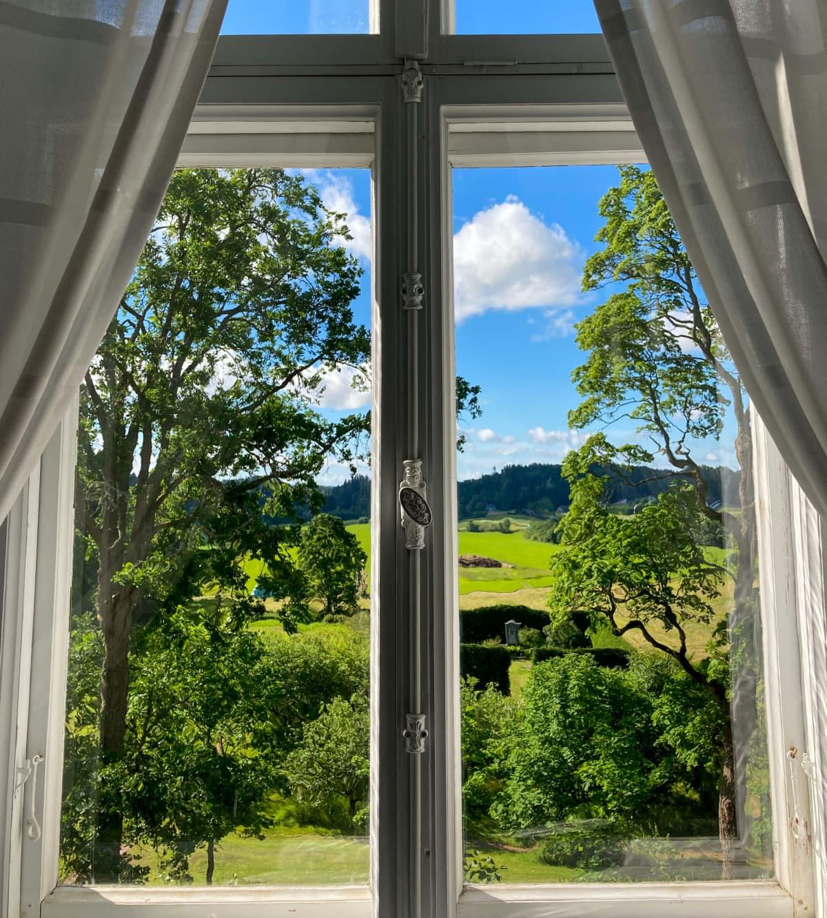 Suitian kartanon ikkunasta avautuu kaunis maisema.