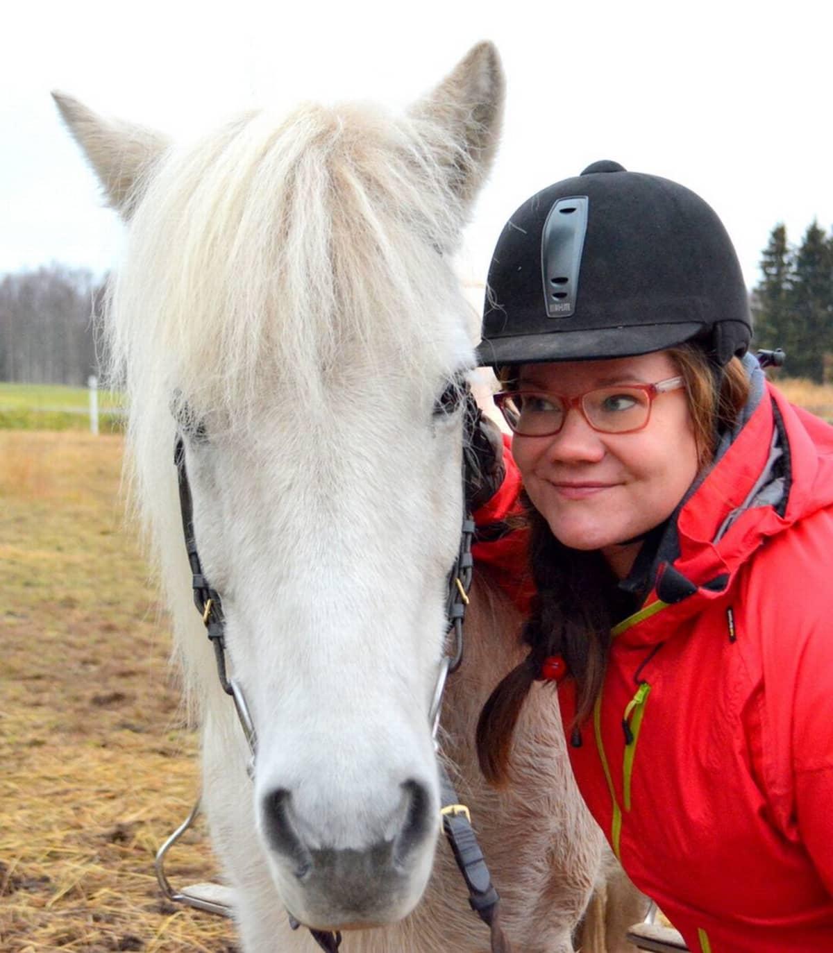 Toimittaja Minna Aula ja Lotta-hevonen.