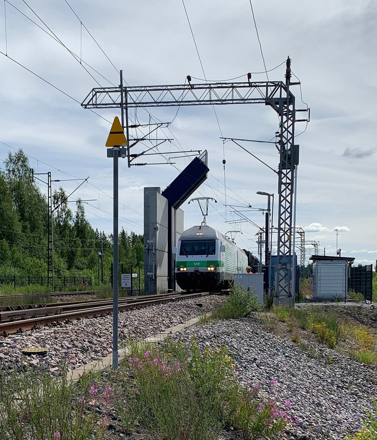Juna saapuu läpivalaisuun Vainikkalan asemalla