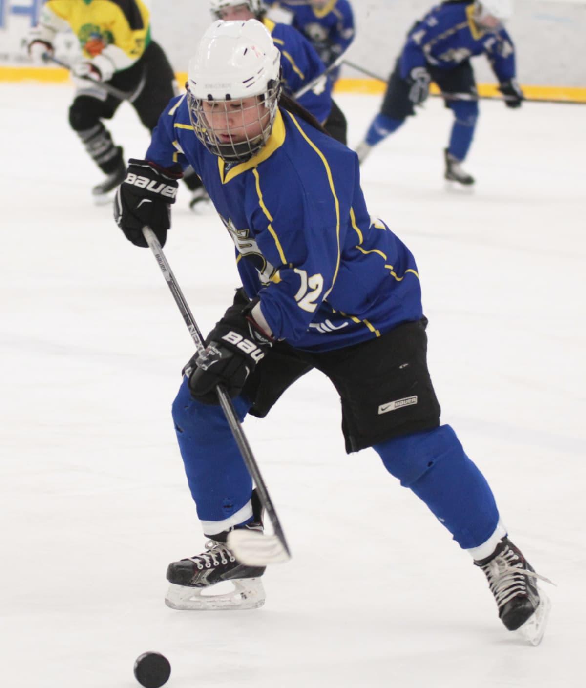 Lien Högnäs pelaa jääkiekkoa.