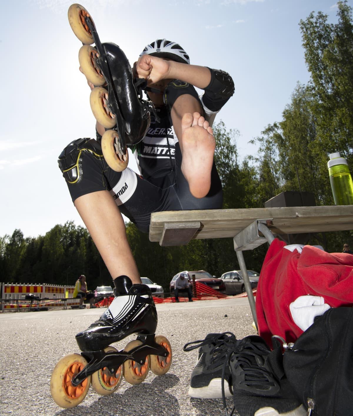 Elias Waldén rullaluistelee Pirkkolan liikuntapuiston rullaluistinradalla.