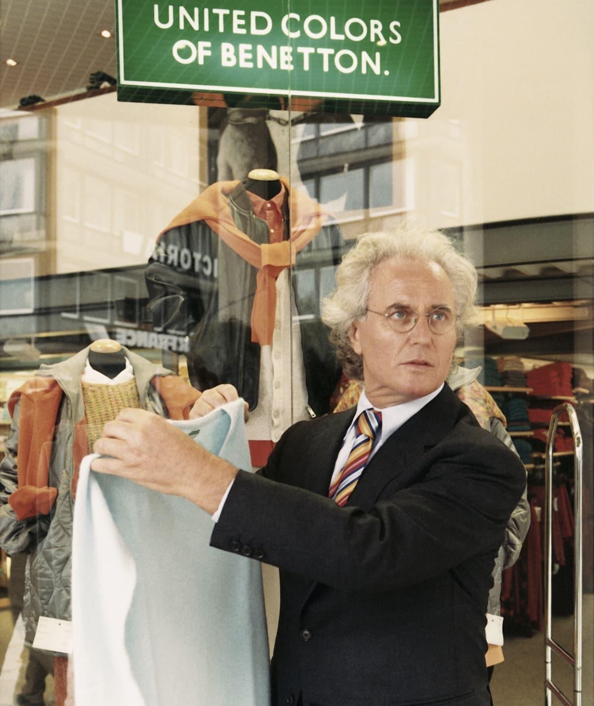 Luciano Benetton pitelee paitaa myymälänsä edustalla Hampurissa.