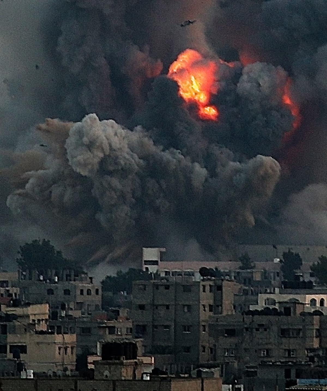 Israelin ilmaiskun aiheuttama räjähdyspilvi Gazan kaupungin eteläosissa.
