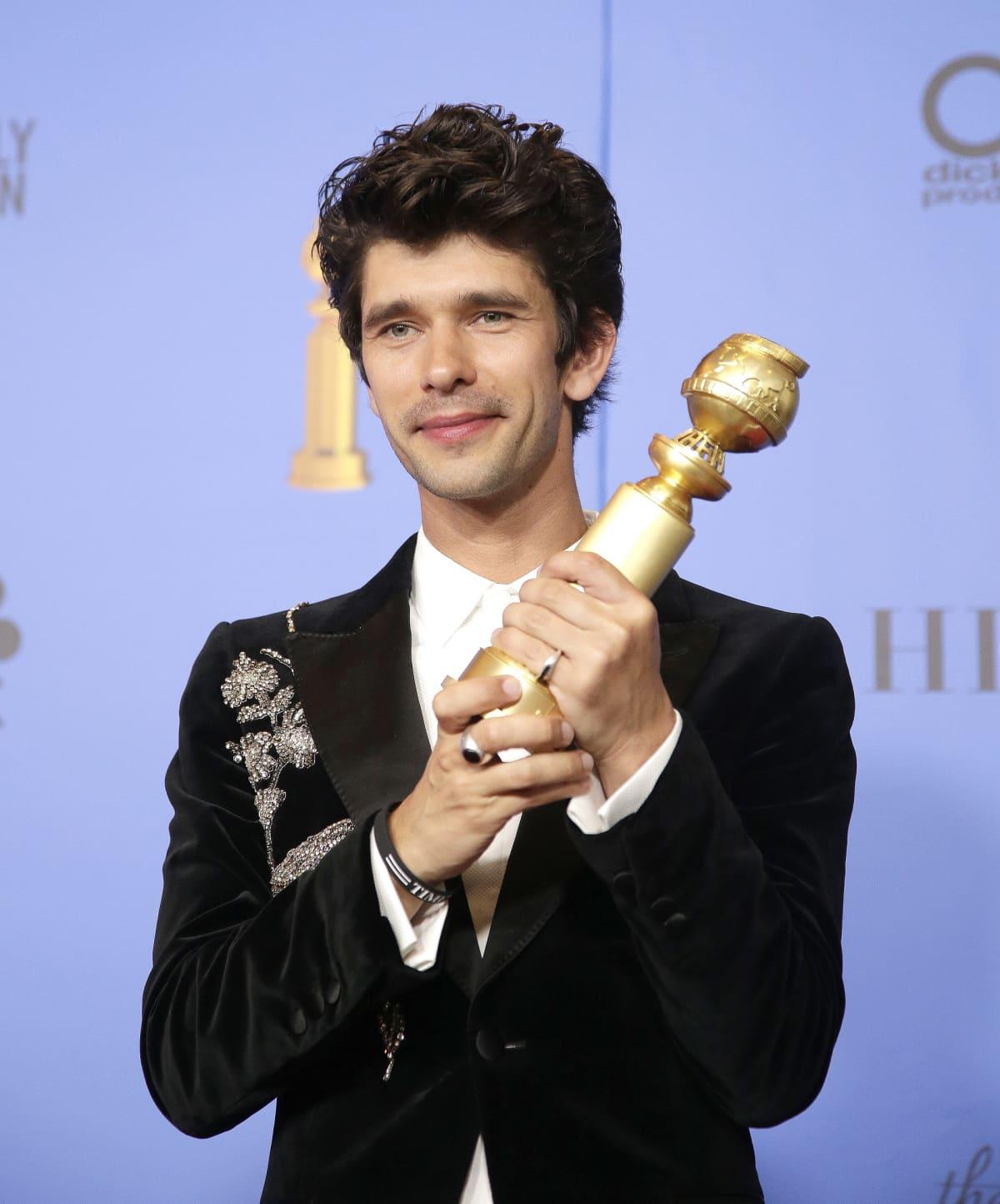 Näyttelijä Ben Whishaw sai Golden Globen sivuosastaan  A Very English Scandal.