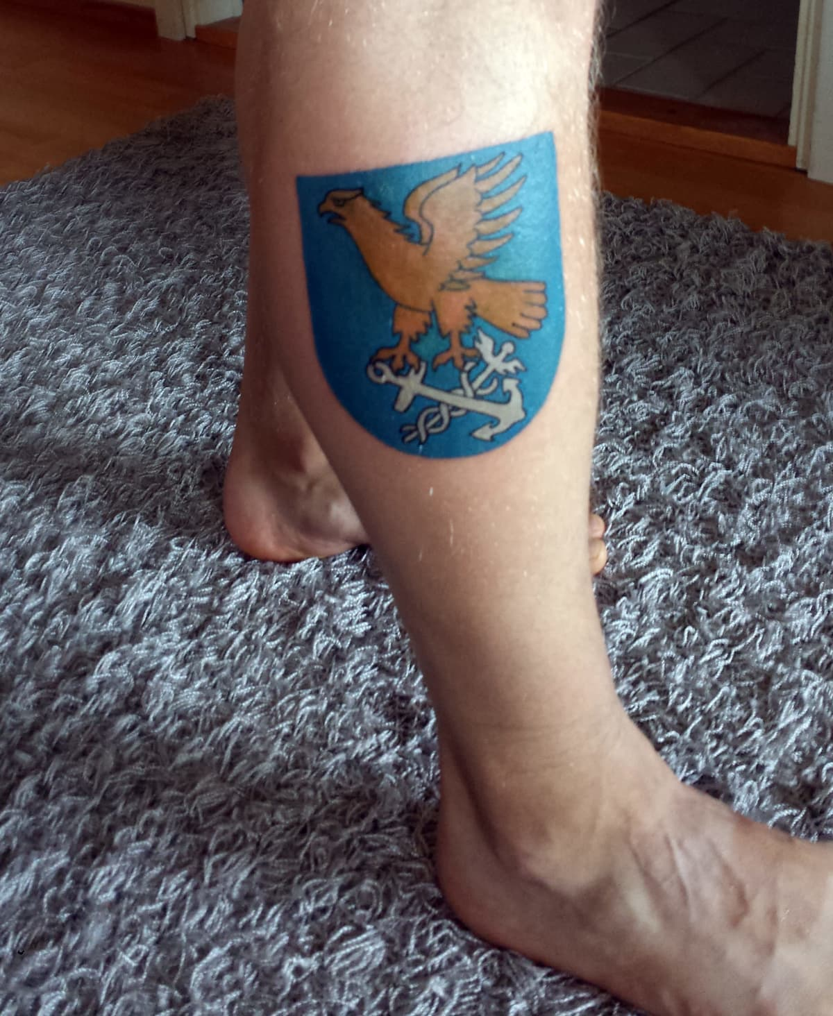 Janne Tolvasella on Kotkan kaupungin vaakuna tatuoituna pohkeeseen.
