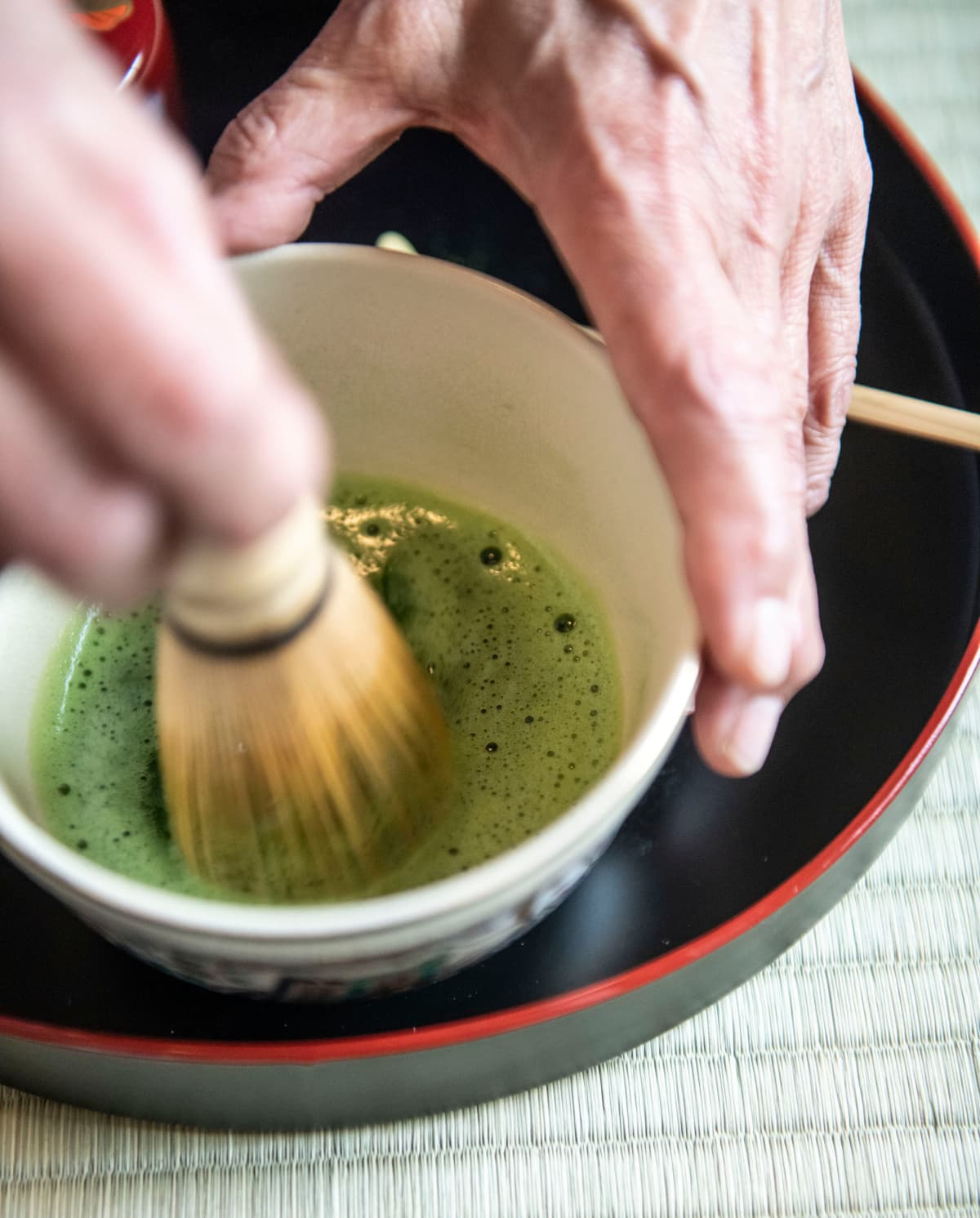 Pulverimainen matcha-tee sekoitetaan bambuvispilällä.