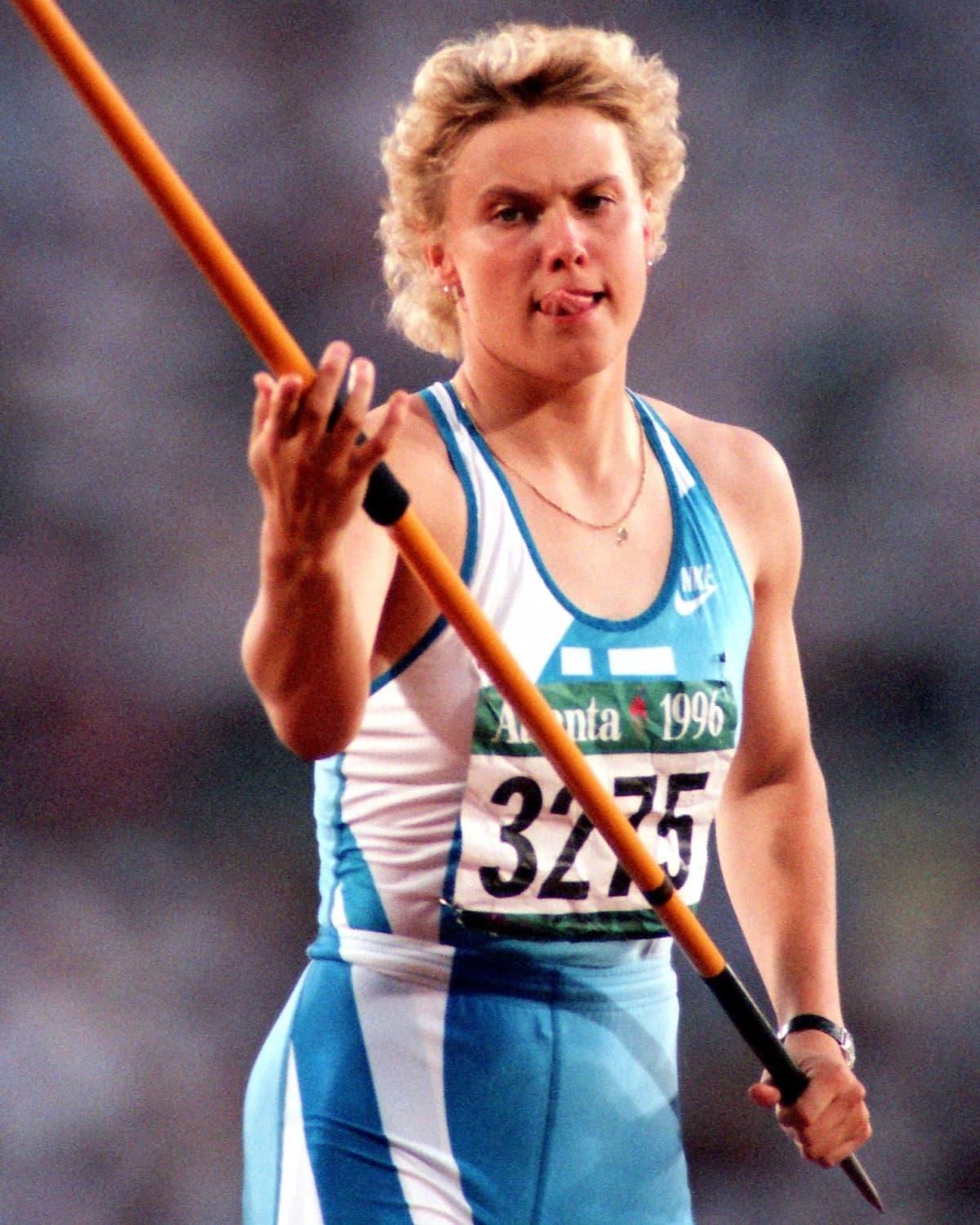 Heli Rantanen keskittyy kieli keskellä suuta ennen heittoaan Atlantan olympialaisten keihäsfinaalissa vuonna 1996.