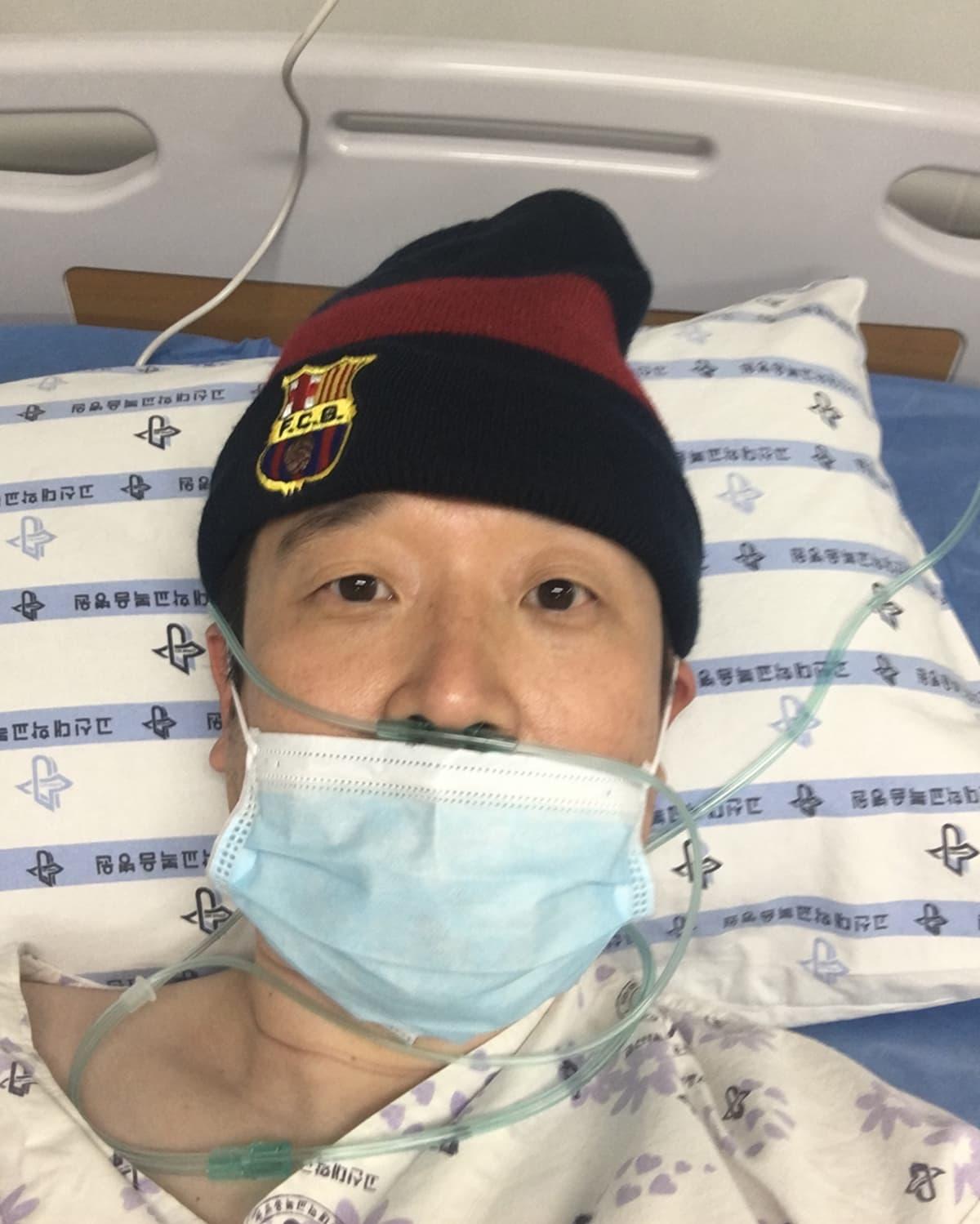 Eteläkorealainen koronasta parantunut Hyun Park otti selfien sairaalassa.