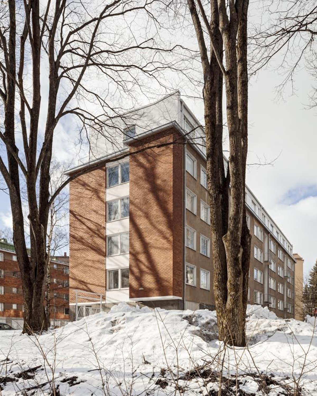 Helsingin Munkkiniemessä, Rakuunantiellä lisäkerros toteutettiin puuelementeistä. Katolla on kuusi uutta huoneistoa.
