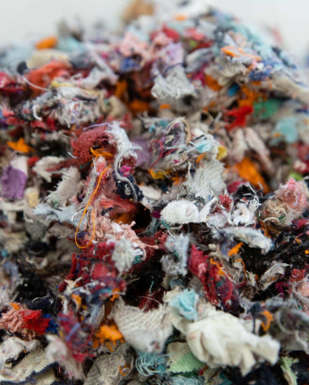 Pieneksi silputtua tekstiilijätettä.
