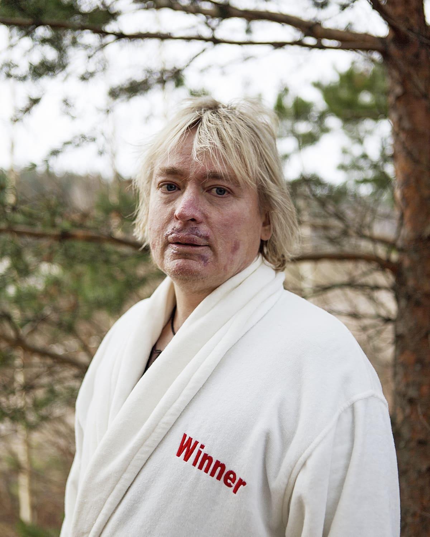 saunoja Timo Kaukonen kylpytakissa